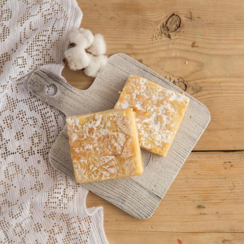 Пирожное творожноеКусочки творожного пирога, приготовленного на песочном тесте - это невероятно вкусное лакомство! Нежные, сочные, что просто тают во рту!<br><br>Вес г.: 110