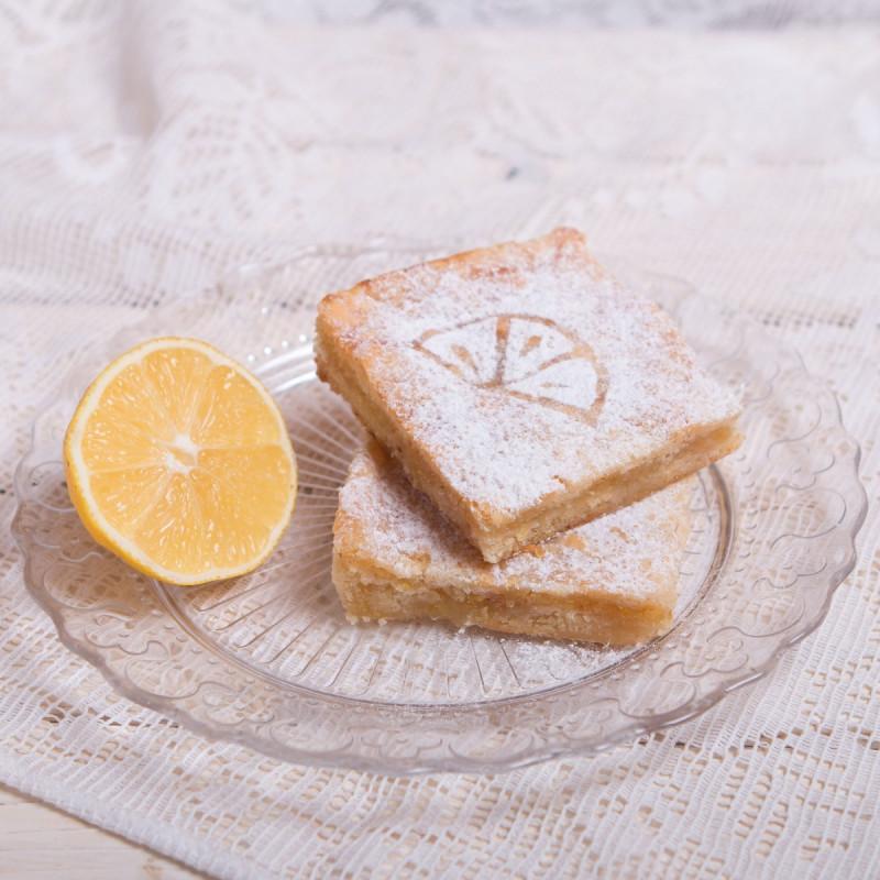 Пирожное лимонноеКусочек лимонного пирога, приготовленного из песочного теста и перетертой цедры лимона с сахаром - это невероятно вкусное и, главное, натуральное лакомство! Сочетание нежного теста и яркого вкуса лимона наполнит Ваше чаепитие хорошим настроением.<br><br>Вес г.: 110