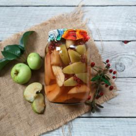 Компот из яблока, персика и брусники
