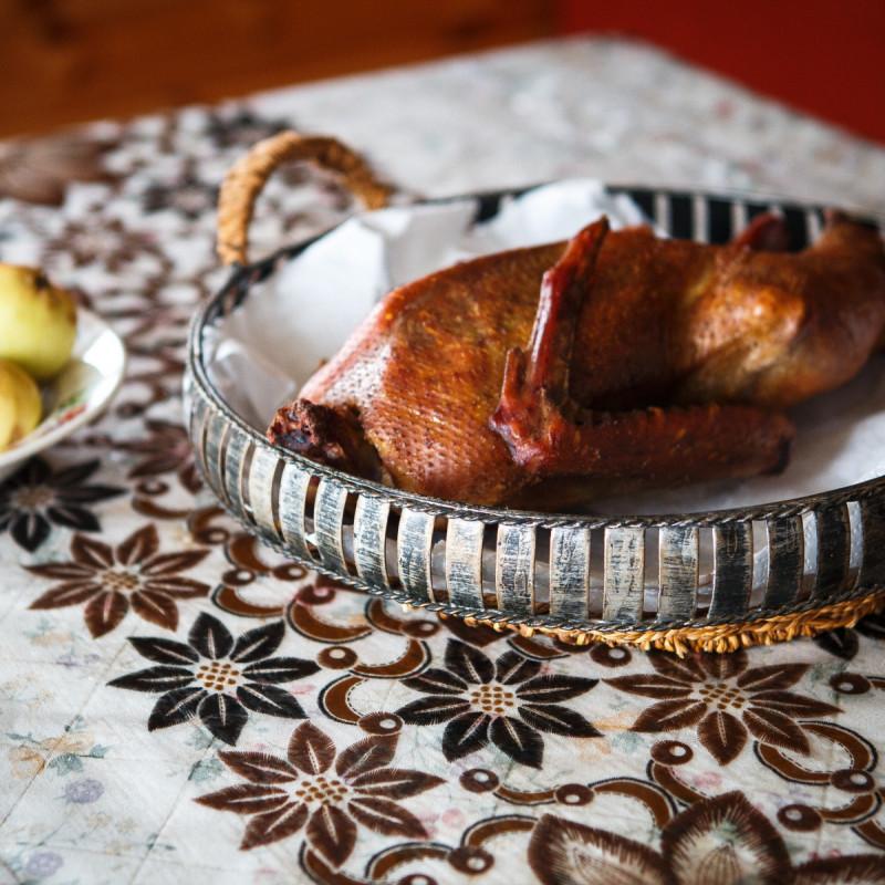 Половинка гуся копченогоНежирный гусь, копченый на ольховой и яблочной щепке - это настоящий гвоздь программы за праздничным столом. Ароматный, очень вкусный гусь никого не оставит равнодушным!<br><br>Вес кг.: 0.8