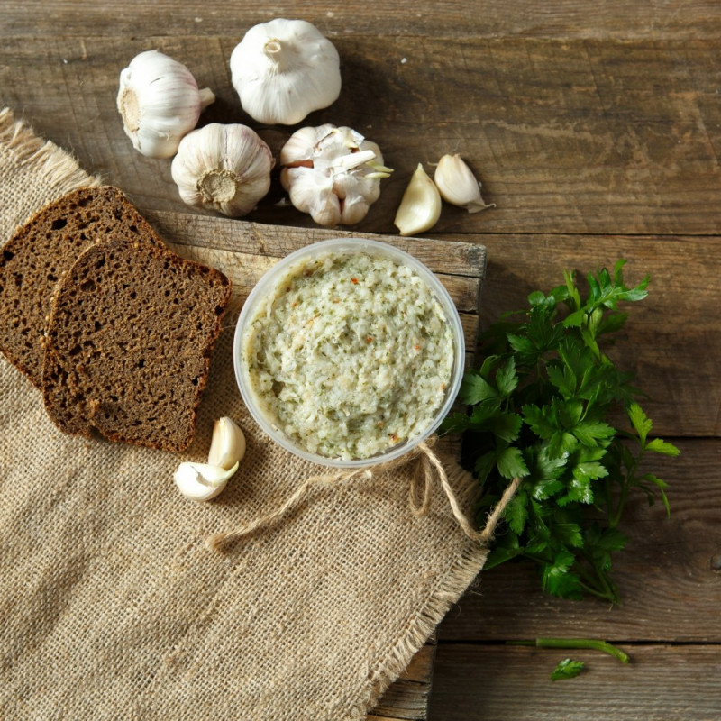 Сало копчёное с пряностямиМягкое подкопченое сало с чесноком и пряностями, прекрасно подходит для закусочных бутербродов.<br><br>Вес г.: 160