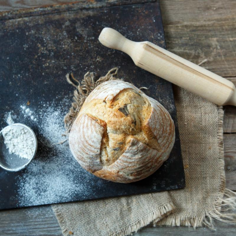 Хлеб пшеничный с базиликомДарья и Мария отпекают хлеб в подовой печи на камне, готовит на заквасках собственного производства. Технологический процесс занимает от 12 до 36 часов для разных видов хлеба. Практически весь хлеб имеет в своем составе цельнозерновую муку, что делает его не только вкусным, но и полезным, особенно пшеничный на оливковом масле с базиликом<br><br>Вес г.: 460