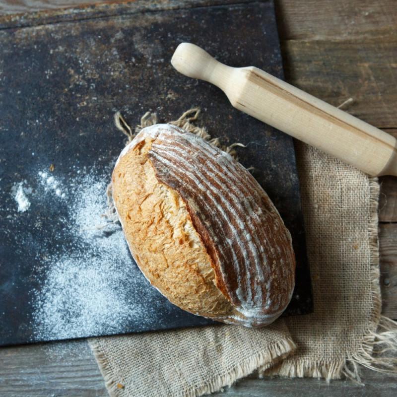Хлеб пшеничный цельнозерновойЦельнозерновой хлеб готовится на двух видах закваски: пшеничной и ржано-конопляной. Сильная пшеничная закваска дает уверенный подьем, а конопляная мука, входящая в состав ржано-конопляной закваски, украшает мякиш и корочку хлеба своими вкраплениями. Хлеб печется на камне и имеет крепкую корку, которая позволяет ему долго оставаться свежим.<br><br>Вес г.: 460