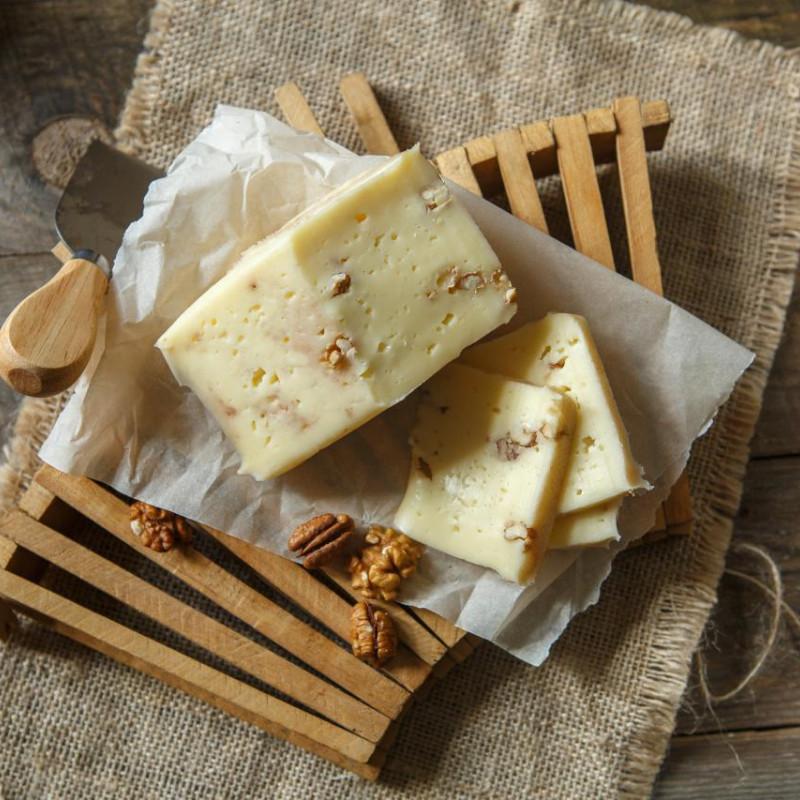 Сыр Качотта с грецким орехом от Александра БоковаКачотта (Caciotta) - один из самых распространенных итальянских сыров. Его делают почти во всех хозяйствах центральной Италии. Это очень простой сыр, который можно есть сразу же свежим или выдержать до двух месяцев. И в каждый момент этого времени он будет по своему хорош. Это полумягкий сыр с нежной пластичной текстурой.<br><br>Вес г.: 250