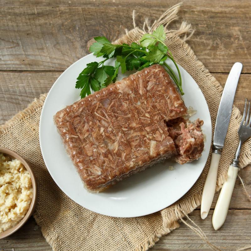Холодец из молодой говядиныБульон для холодца варят из свежего мяса на кости с добавлением классических специй. Холодец получается, как у наших бабушек, такой вкусный, домашний. Вас приятно удивит полностью натуральный состав.<br><br>Вес г.: 700