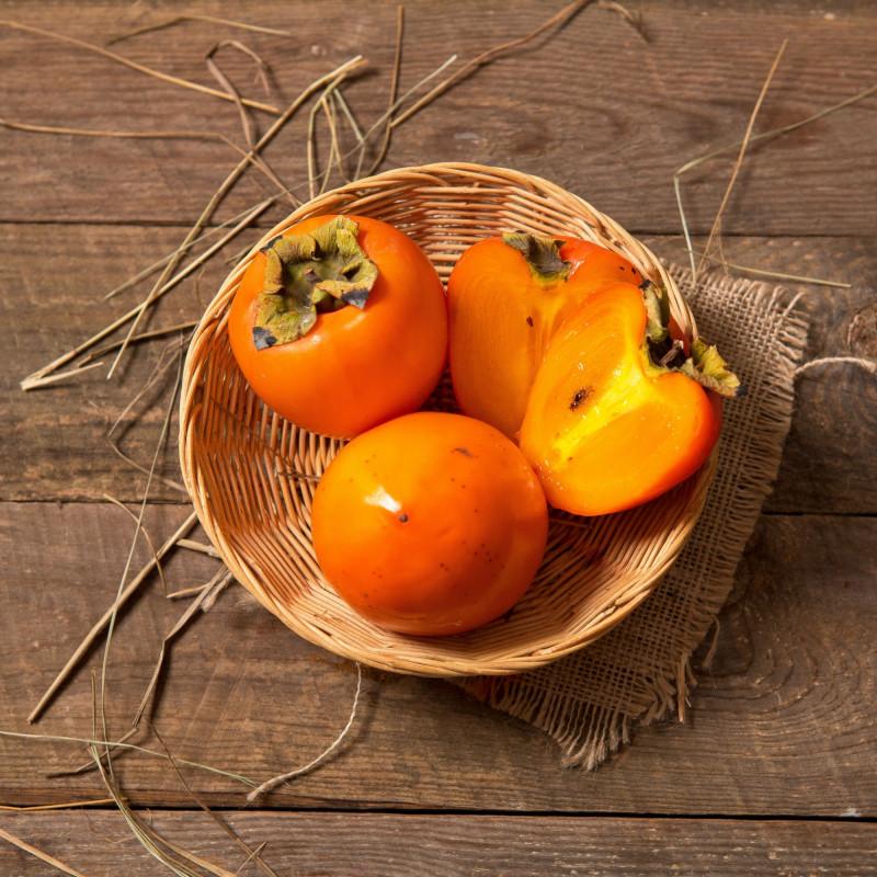 ХурмаДругое название хурмы — сердечное яблоко, это мясистая сладкая ягода оранжевого цвета. По мере созревания мякоть плодов приобретает более нежную консистенцию. <br>Хурма растет в садах армянского города Мегри. Высота его над уровнем моря чуть более 600 метров. Город находится в субтропическом поясе и климат здесь значительно теплее основной части страны. В переводе, слово «Мегри» значит «медовый». Город назвали так потому, что регион страны, где он расположен, является самым медоносным. В прежние времена из Мегри в уплату церковной десятины поставлялись фрукты, сухофрукты, различные виды орехов и бобов.<br><br>Вес уп ( 2 - 3 шт 500 г ): 1