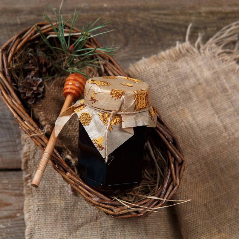 Мед алтайский таёжныйГустой, душистый темный мед, собранный в 2017 году на таежных пасеках Солтонского района  Алтайского края.<br><br>Район расположен на холмистом плато Салаирского кряжа, которое покрыто нетронутой тайгой. Здесь есть горно-таежные хвойные и смешанные леса. Разнотравье состоит из более чем сотни наименований, многие из которых занесены в Красную книгу. Мёд собран исключительно из дикорастущих медоносов и является экологически чистым. Обилие медоносных растений позволяют получать мёд, который считается одним из лучших на Алтае.<br><br>Вес мл (460 г.): 330