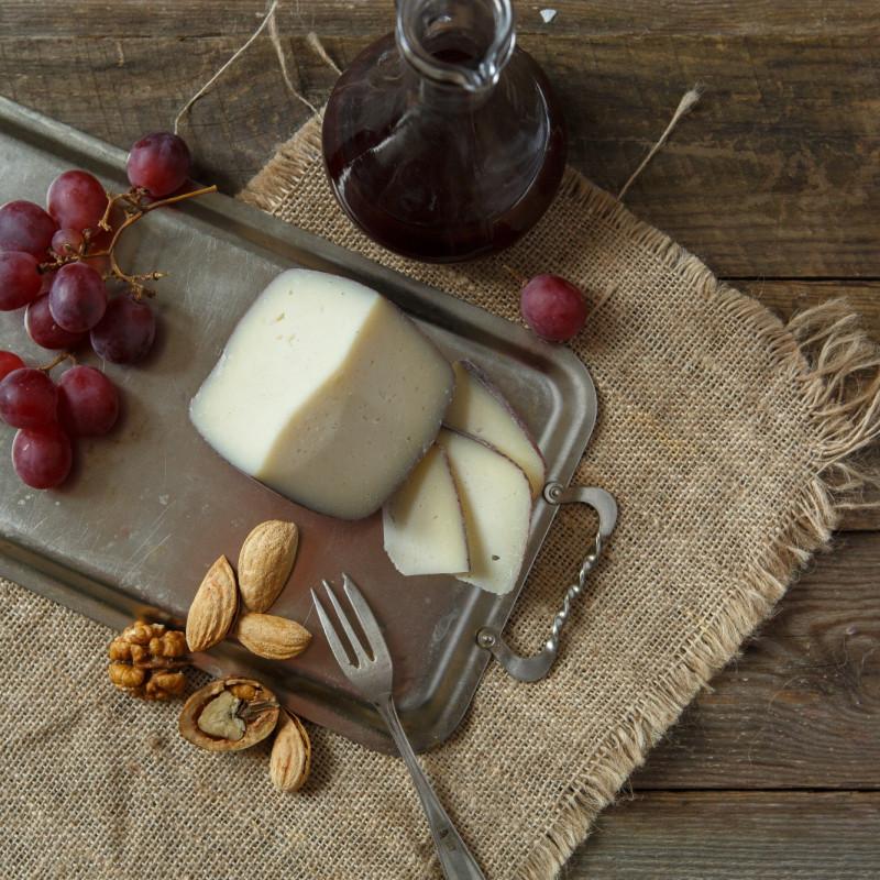 Сыр Кабра эль вино козийВыдержка этого сыра - 3,5 месяца. Кабра эль вино - Коза в вине, замечательный испанский полутвердый сыр. Несколько месяцев его протирают сухим красным вином, темная корка резко контрастирует с белой мякотью сыра. Кабра эль вино лучше всего сочетается с красными винами, у которых есть поджаристые, смолистые тона. Он также хорош с тягучими десертными винами. Например, можно выбрать Каберне Совиньон, Мерло, Мускат де Ривсол.<br><br>Вес г.: 230