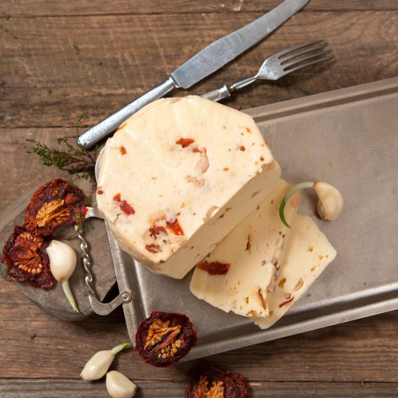 Качотта с томатами и чеснокомКачотта (Caciotta) - один из самых распространенных итальянских сыров. Его делают почти во всех хозяйствах центральной Италии. Это очень простой сыр, который можно есть сразу же свежим или выдержать до двух месяцев. И в каждый момент этого времени он будет по своему хорош. Это полумягкий сыр с нежной пластичной текстурой. <br>Александр используется молоко с хозяйства Виктора Дорохова для производства своих сыров, поэтому они получаются стабильными по качеству и вкусу.<br><br>Вес г.: 250