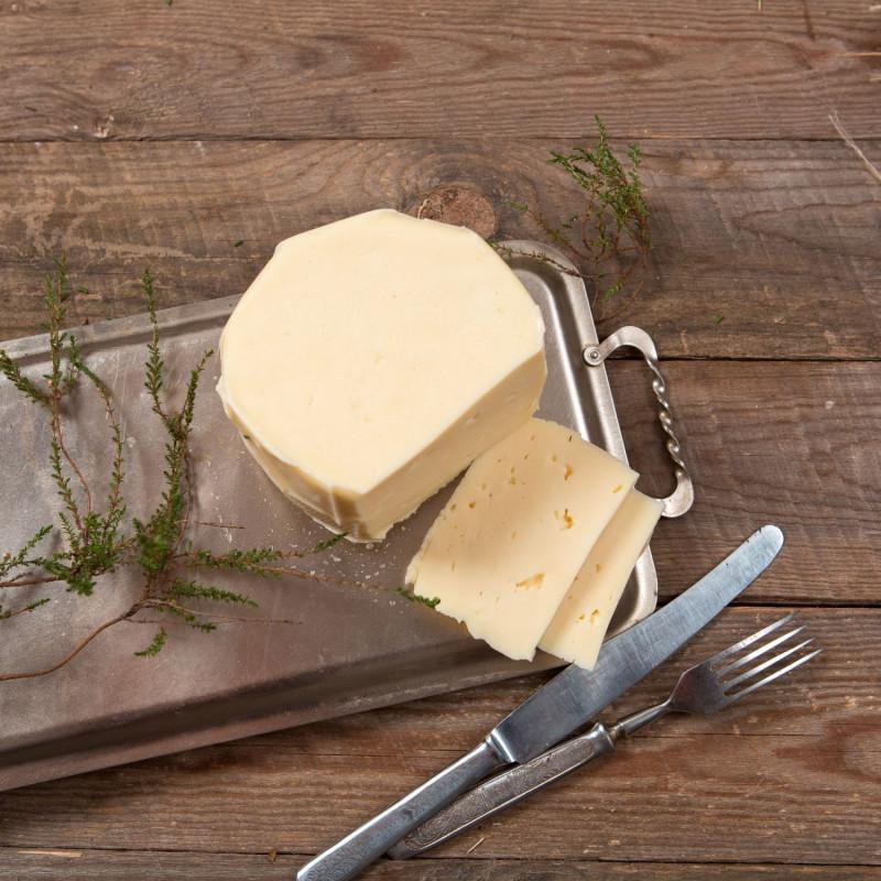 Качотта молодаяКачотта (Caciotta) - один из самых распространенных итальянских сыров. Его делают почти во всех хозяйствах центральной Италии. Это очень простой сыр, который можно есть сразу же свежим или выдержать до двух месяцев. И в каждый момент этого времени он будет по своему хорош. Это полумягкий сыр с нежной пластичной текстурой. <br>Александр используется молоко с хозяйства Виктора Дорохова для производства своих сыров, поэтому они получаются стабильными по качеству и вкусу.<br><br>Вес г.: 250
