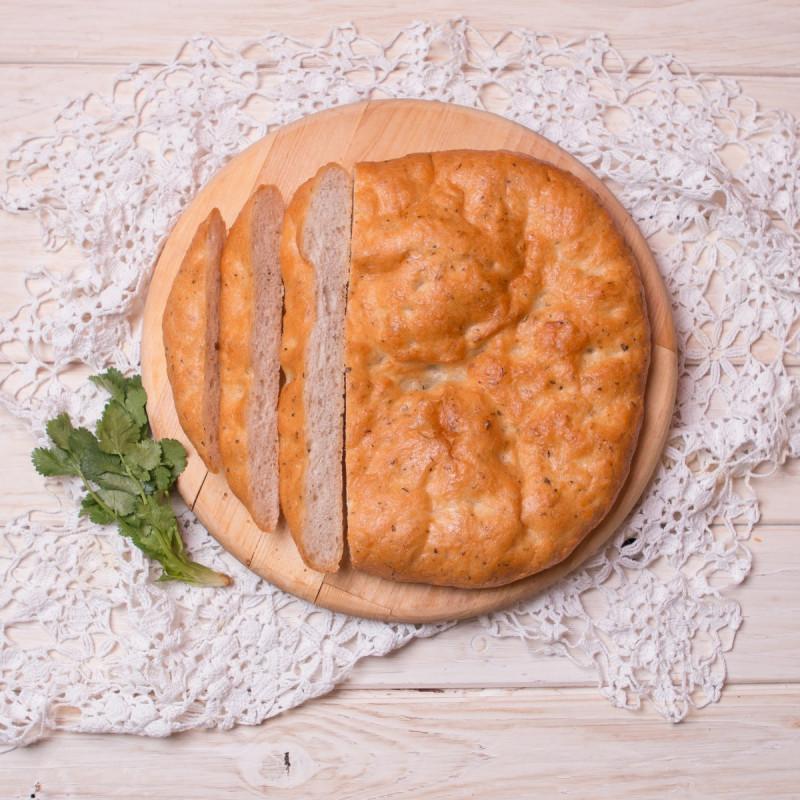 ФокаччаТесто традиционной итальянской фокаччи содержит всего три компонента: муку, воду и оливковое масло, а наша еще наполнена ароматными специями!<br>Фокаччу можно можно есть с чем угодно: сыром, мясом, овощами, ветчиной, соусом песто, запивая вином или молоком.<br><br>Вес г.: 260