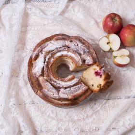 Шарлотка с вишней и яблоками
