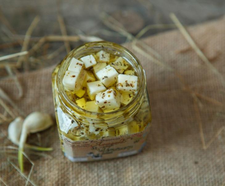 """Сыр """"Чеддер"""" в оливковом масле с итальянскими травами"""