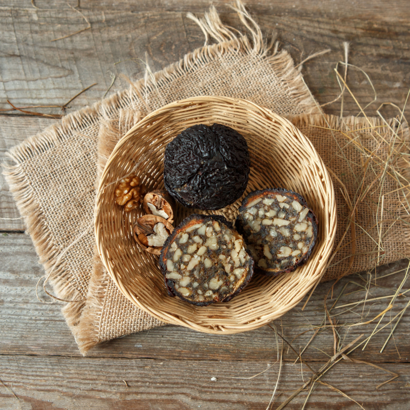 Алани из черносливаАлани — традиционная армянская сладость, обязательное украшение праздничного стола. Ее готовят из разных сушеных фруктов, фаршированнх смесью орехов, корицы и сахара или мёда. Как и многие другие армянские сладости, алани можно хранить довольно долго, и со временем он ничуть не теряет своего прекрасного вкуса.<br><br>Вес шт ( 300 г ): 2