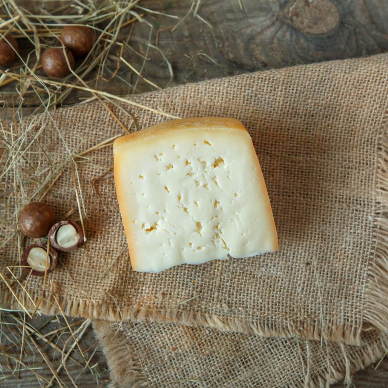 Сыр ГаудаМягкий сыр с кремовым вкусом, изготовленный по традиционной голландсой технологии сыра Gouda. Подходит для приготовления горячих бутербродов. Также его можно добавлять в различные блюда, требующие добавления сыра, например, макароны, пиццы, пироги или запеченный картофель.<br><br>Вес г.: 240