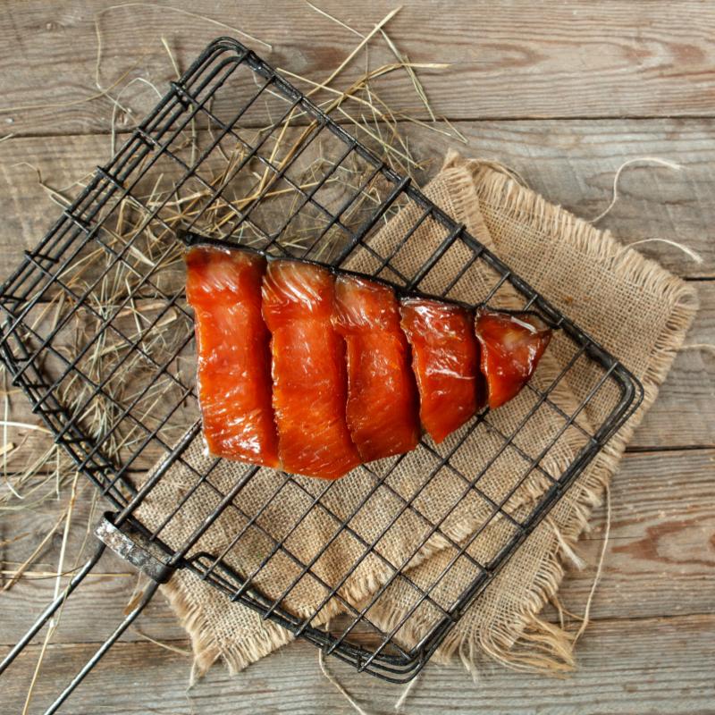 Юкола кетыЮкола - это сушеное мясо рыбы или мяса оленя, традиционный рецепт хранения мяса без использования консервантов, который используют народы севера. Сырье для юколы должно быть наивысшего сорта, и нужно очень тщательно следить за пропорциями соли и рыбы при приготовлении: если рыбу пересолить, при просушивании вся влага уйдёт, и юкола получится пересушенной и слишком соленой, не досолить - она очень быстро испортится.<br><br>Вес г.: 200