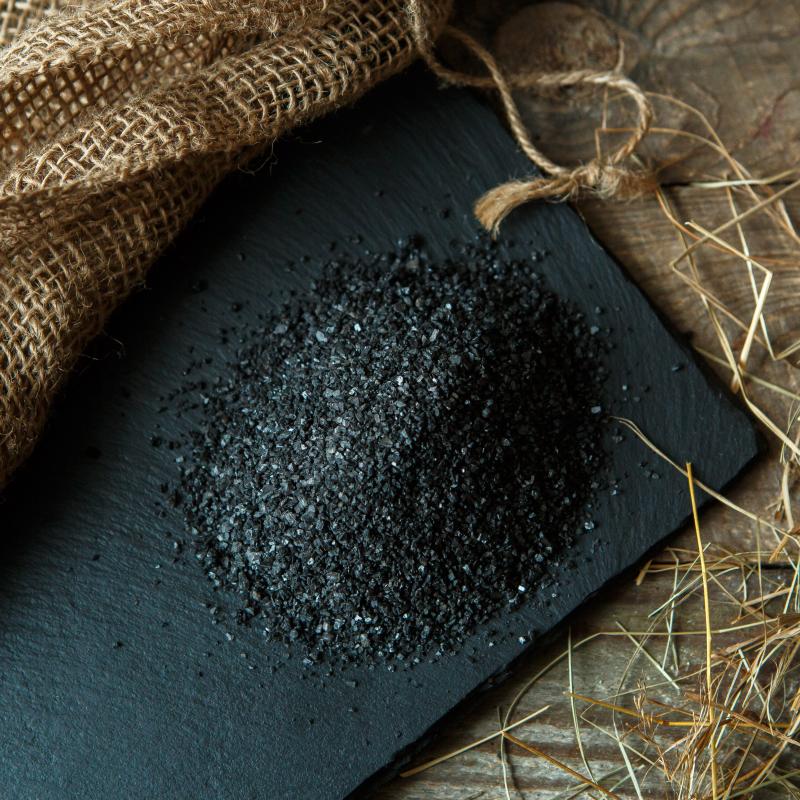 Соль черная крупнаяСоль черная из русской печи, крупного помола. <br>Черная соль - это старинный русский рецепт приготовления продукта, который использует любая хозяйка.<br>Соль, смешанная в чугунке с цельнозерновой ржаной мукой,  обжигается в горниле русской печи. В результате обжига, соль практически полностью очищается от содержания хлора и обогащается углеродом , кальцием , йодом, калием и магнием, становится адсорбентом и благотворно действует на организм.<br>Это красивый, вкусный и полезный продукт, который обогатит ваш стол.<br><br>Черную соль крупного помола хорошо использовать во время приготовления блюд.<br><br>Вес г.: 200