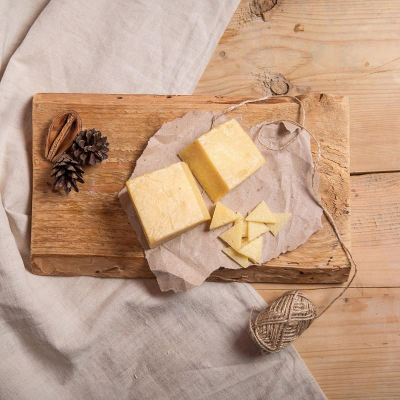 Сыр ПармизаниноВыдержанный, достаточно твердый сыр из коровьего молока. Этот сыр наиболее из всех российских сыров похож на настоящий пармезан. Выдержка 12 месяцев.<br><br>Для производства 1 килограмма Пармизанино требуется беспрецедентно огромное количество молока – до 20 литров.. Традиционно этот сыр использую при приготовлении пицц, в качестве добавки к пастам, в салатах и супах. <br><br>Хорош он также сам по себе с медом или фруктовым соусом<br><br>Вес г.: 180