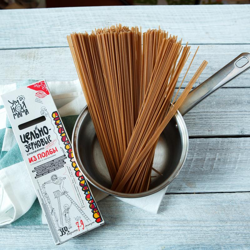 Спагетти из полбыНесмотря на шутливое оформление, наши макароны не на шутку полезны! Ведь изготовлены они из цельнозерновой муки, в которой содержатся все составляющие зерна: отруби и зародыши, богатые минералами, клетчаткой и белками. В такой муке сохранена вся польза, заложенная в зерно полбы самой природой. Продукты из цельнозерновой муки радуют нас вкусом, насыщают и укрепляют наше здоровье.<br><br>Вес г.: 350