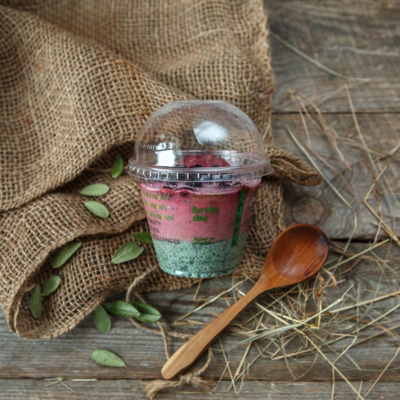 Пудинг чиа ягодныйПудинг чиа ягодный — полезный йогуртовый десерт. Уникальное вкусовое сочетание сезонных ягод и кокосовых сливок. Богат антиоксидантами и витаминами, обеспечивает щелочную среду в организме, и содержит всего 120 ккал в одной порции.<br><br>Вес мл.: 270