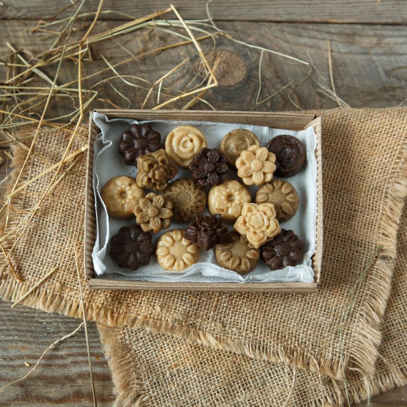 Халва подарочная ассорти на медуПодарочная формовая халва из семян кунжута, льна и подсолнечника на меду – это уникальный штучный продукт, приготовленный вручную дружной семьей Бесединых. Сочная, в меру сладкая, приготовлена всего лишь из двух ингредиентов: зерен и и мёда с проверенной Пензенской пасеки.<br><br>Вес г.: 300