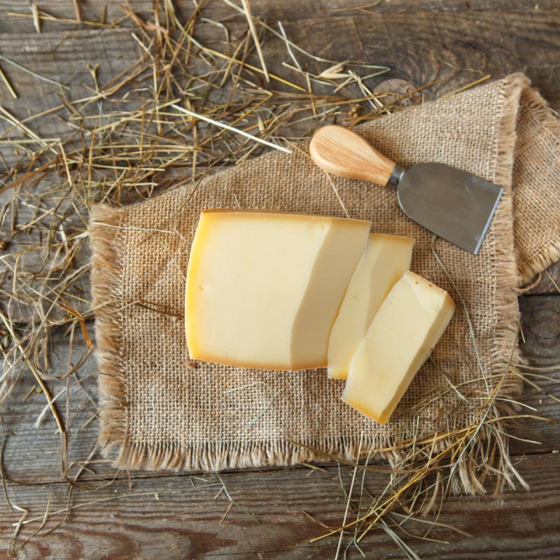 Сыр КолмогоровскийПолутвердый сыр 42 дневной выдержки от самого известного сыровара страны<br><br>Вес г.: 330