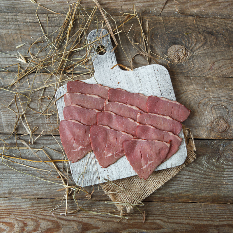 Ветчина варено-копченая из говядины в нарезкеВарено – копченый кусок мяса прошедший тренинг на специальном массажёре в течение 10 часов. Эта процедура, превращает отличный кусок благородной говядины в восхитительно нежный мясной деликатес. Отличное решение для праздничного стола. Попробовавший этот абсолютный деликатес уже никогда не откажет себе в удовольствии пробовать его снова и снова.<br><br>Вес г.: 100