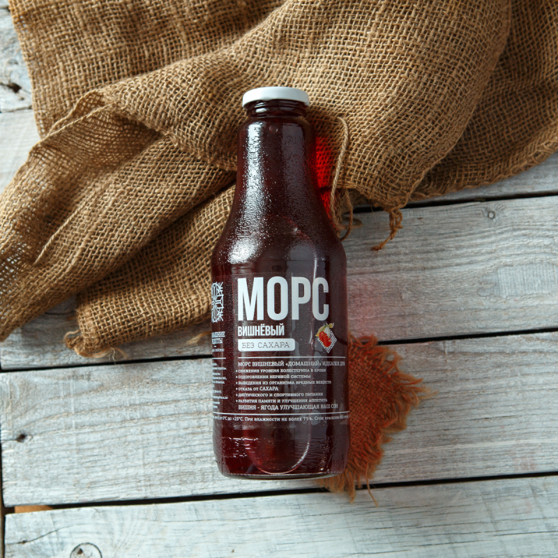 Морс вишневыйТемно-красный морс с натуральным бодрящим вкусом и богатым ароматом особенно хорош летом. В меру сладкий с бодрящей кислинкой, он отлично утоляет жажду. Зимой морс хорош как кладезь витаминов и микроэлементов, необходимых иммунитету.<br><br>Вес литр: 1
