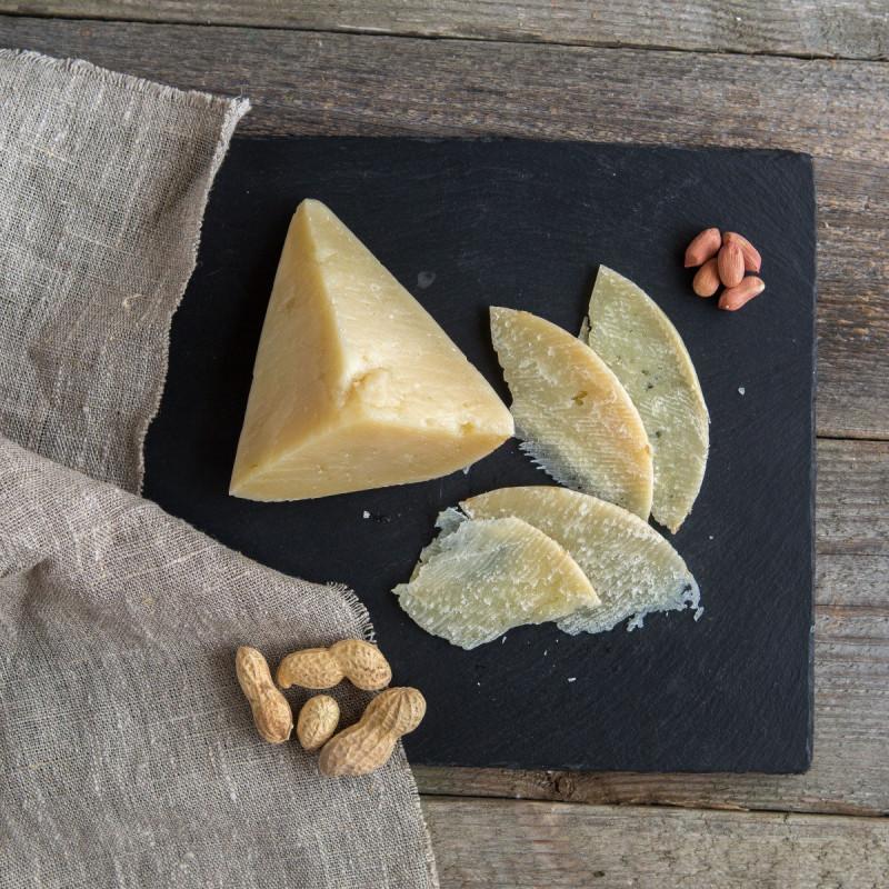 Сыр твердый Маковка из козьего молокаТвердый козий сыр, приготовленный из молока зааненских и нубийских коз с добавлением молока джерсийской коровы. Созревает сыр в специальных камерах в течение 45 дней.<br><br>Имеет нежный сливочный вкус. Плотную, но мягкую консистенцию<br><br>Вес г.: 120