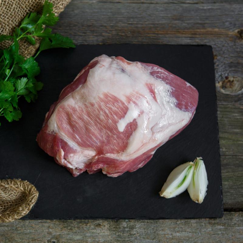Свинина. Лопаточная часть. МякотьСвиная лопатка без кости от Ешь Деревенское — это тонковолокнистое нежирное сорта мясо сорта премиум. Эта часть подходит для приготовления котлет, шашлыка, варки, тушения или запекания.<br><br>Вес г.: 900