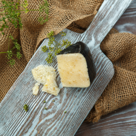 """Сыр """"Пиренейский"""" с кориандром из козьего молока"""