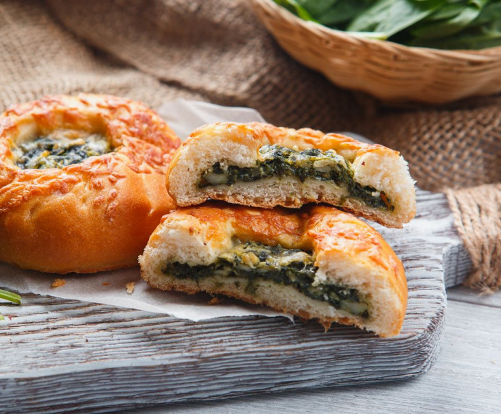 Пирожки со шпинатом и адыгейским сыром