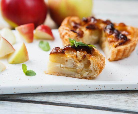 Тарталетка с печеными яблоками, грецкими орехами и изюмом