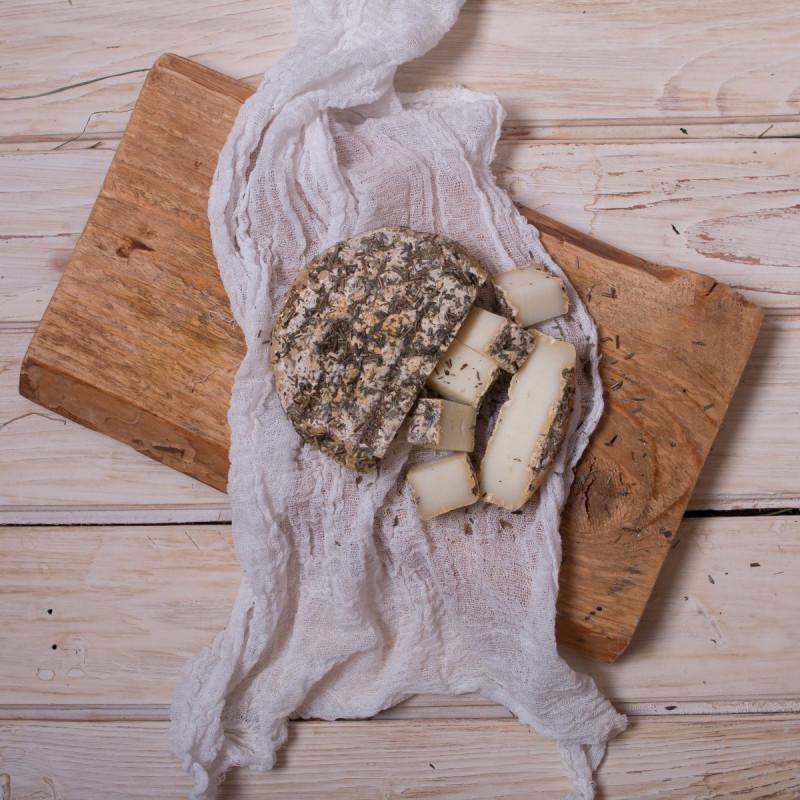 Сыр из козьего молока с прованскими травамиСыр готовится в отдельном помещении, чтобы споры белой плесени Penicillium Candidum не попали на другие молочные продукты. <br>Вызревает 3-4 недели в специальном шкафу при постоянной температуре 12°C и влажности 90%. <br>Сверху поливается оливковым маслом и посыпается прованскими травами.<br><br>Вес г.: 180