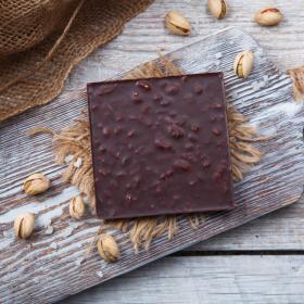 Шоколад ремесленный горький 72% с фисташкой и розовой солью