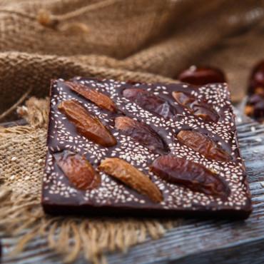 Шоколад ремесленный горький 72% с фиником и кунжутом