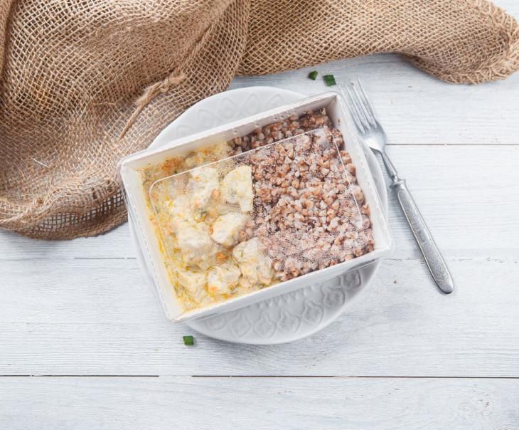 Свинина с шампиньонами в сливочно-чесночном соусе с гречкой