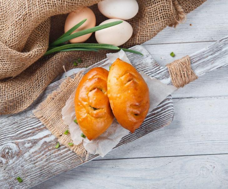 Пирожки с яйцом и луком-пореем