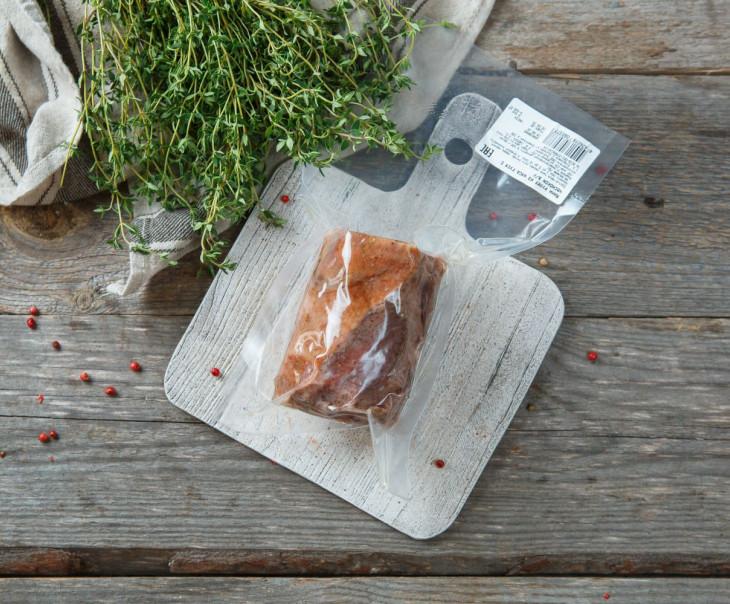Мини рулет из мяса гуся с чесноком