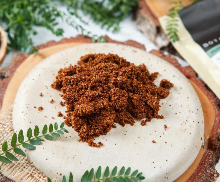 Скраб с измельченной скорлупой грецкого ореха и кристаллами сахара