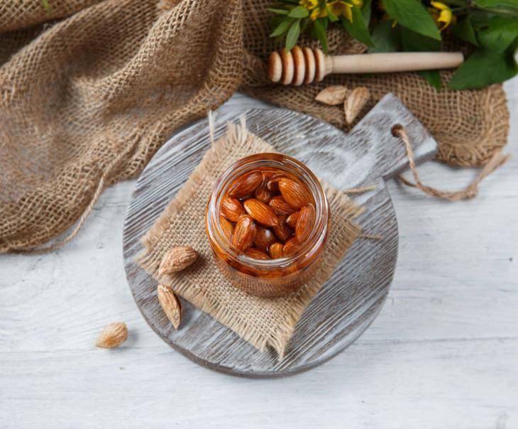 Акациевый мед с миндалем