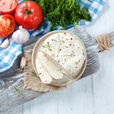 Сыр рассольный С помидорами, укропом и чесноком свежий