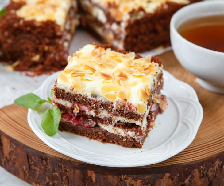 Торт бисквитный шоколадный с вишней