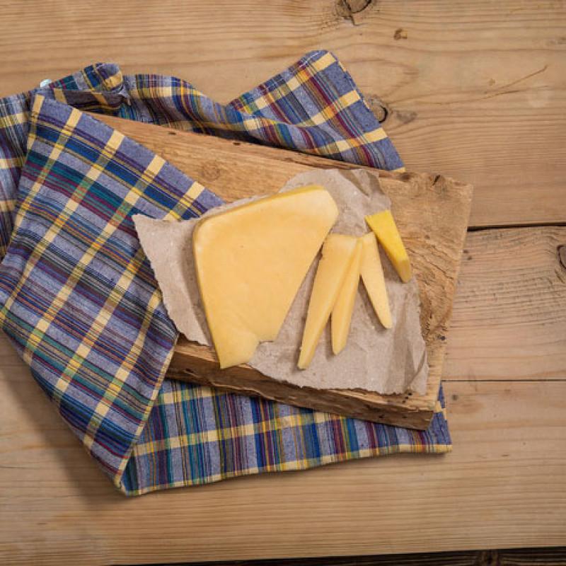 Сыр Губернский классическийНе можете подобрать подходящий сыр для сэндвичей, пиццы, ризотто и салатов? Решить ваши затруднения поможет классический Губернский сыр, который варится из цельного молока. Это настоящий полумягкий итальянский сыр с изумительным сливочным вкусом и плотной структурой.<br><br>Благодаря своей консистенции сыр легко режется, поэтому его удобно использовать для сэндвичей или сырной тарелки. А то, что Губернский сыр отлично плавится, делает его незаменимым компонентом при создании ризотто и пиццы.<br><br>Нейтральные вкусовые качества понравятся каждому члену семьи, причем он нисколько не надоедает даже при ежедневном употреблении в пищу.<br><br>Вес кус ( 240 г): 1