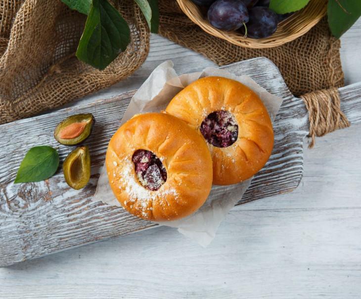 Пирожки со сливой и грецким орехом