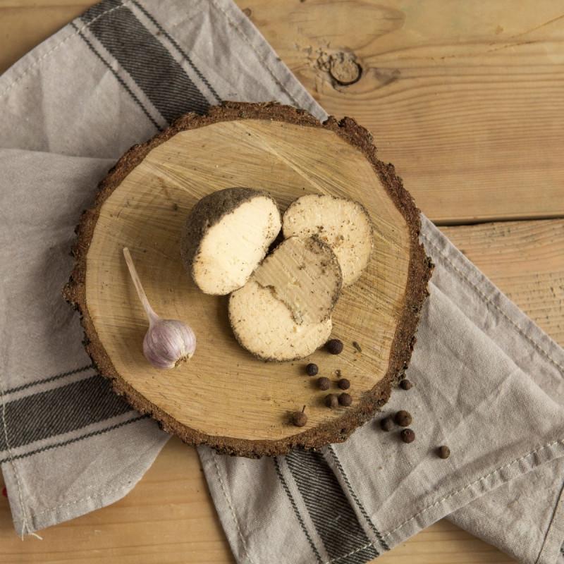 Сыр Бельпер КноллеБелпер Кнолле - это твердый швейцарский сыр в форме маленьких шариков в обсыпке из черного перца.<br><br>В начале своего созревания Бельпер Кнолле имеет мягкую консистенцию, позволяющую даже намазывать его на хлеб, однако по прошествии года он становится твердым.<br><br>Использовать Бельпер Кнолле можно как угодно: добавлять ломтики к сырной тарелке, делать с помощью натертого сыра пасту, супы и салаты. Этот сыр может нравиться или не нравиться, но оставить равнодушным он точно не сможет.<br><br>Вес шт ( 100 г ): 1