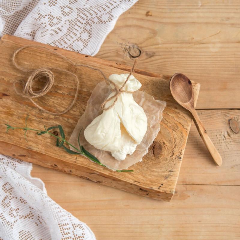 Сыр Буратина с начинкой из сливокСыр буррата один из самых любимых сыров в России. Фактически это моцарелла, наполненная сливками и той же моцареллой, тонко нарезанной вручную до создания мягкой начинки. <br><br>Этот сыр едят свежим, разрезанным, в сочетании с салатами, вяленой ветчиной, оливковым маслом и вялеными помидорами<br><br>Вес г.: 120