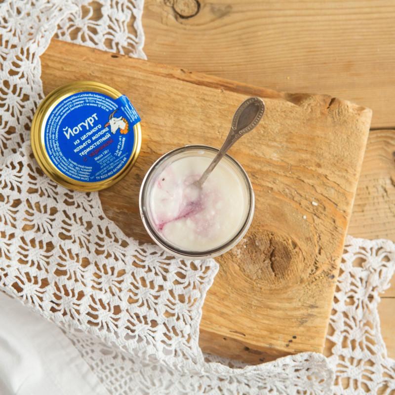 Йогурт из цельного козьего молока термостатный с черникойВсегда свежий натуральный и полезный термостатный йогурт из цельного козьего молока для Вас и Ваших детей. В составе только свежее пастеризованное козье молоко и йогуртовая закваска.<br><br>Вес г.: 130