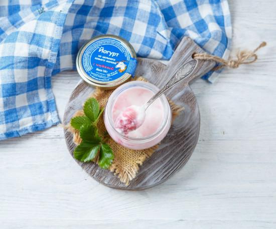 Йогурт 2,8-5,5% из козьего молока с клубникой
