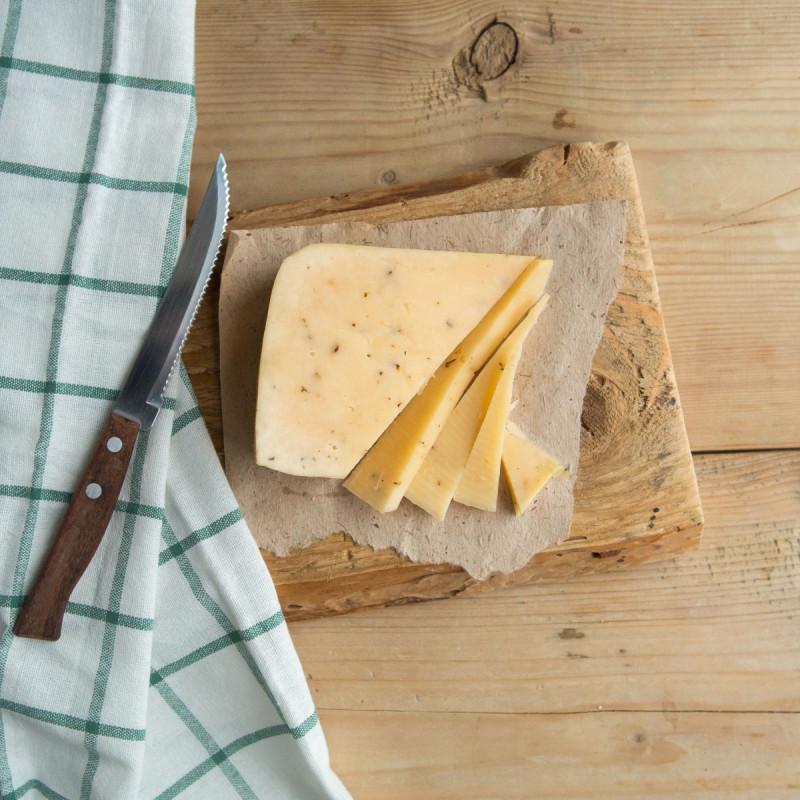 Сыр Губернский тосканаНе можете подобрать подходящий сыр для сэндвичей, пиццы, ризотто и салатов? Решить ваши затруднения поможет Губернский сыр тоскана, который варится из цельного молока. Это настоящий полумягкий итальянский сыр с изумительным сливочным вкусом и плотной структурой.<br><br>Благодаря своей консистенции сыр легко режется, поэтому его удобно использовать для сэндвичей или сырной тарелки. А то, что Губернский сыр отлично плавится, делает его незаменимым компонентом при создании ризотто и пиццы.<br><br>Нейтральные вкусовые качества понравятся каждому члену семьи, причем он нисколько не надоедает даже при ежедневном употреблении в пищу.<br><br>Вес кус ( 240 г): 1